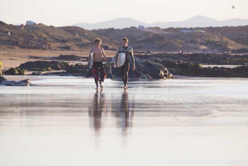 Os surfistas no EL Cotillo encalham, Fuerteventura, Ilhas Canárias, Espanha fotografia de stock