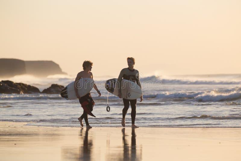 Os surfistas no EL Cotillo encalham, Fuerteventura, Ilhas Canárias, Espanha imagem de stock royalty free