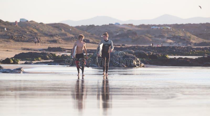 Os surfistas no EL Cotillo encalham, Fuerteventura, Ilhas Canárias, Espanha foto de stock royalty free