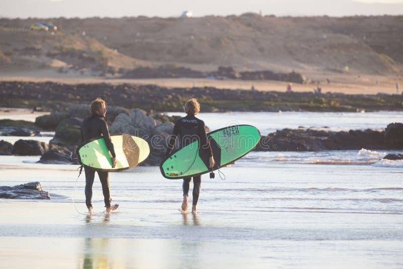 Os surfistas no EL Cotillo encalham, Fuerteventura, Ilhas Canárias, Espanha fotografia de stock royalty free