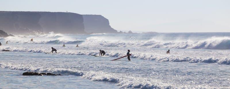 Os surfistas que surfam no EL Cotillo encalham, Fuerteventura, Ilhas Canárias, Espanha imagens de stock