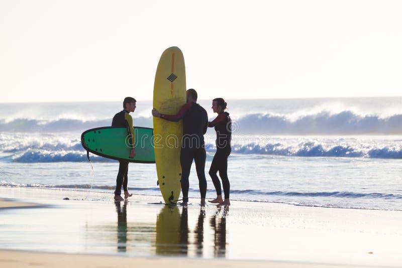 Os surfistas que surfam no EL Cotillo encalham, Fuerteventura, Ilhas Canárias, Espanha fotografia de stock