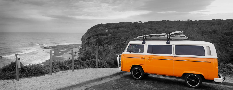Os surfistas Van alaranjado em Bels encalham - Austrália imagens de stock royalty free
