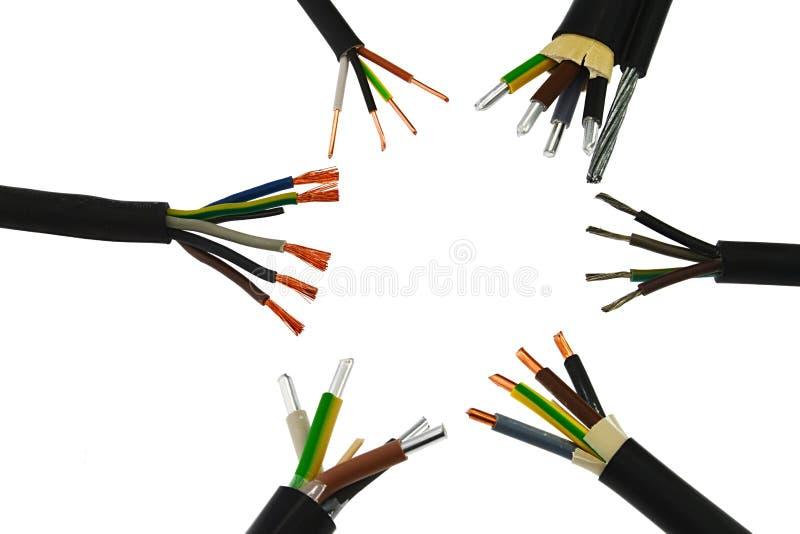Os términos de cobre e de alumínio dos conjuntos de cabo bonde do poder recolheram no círculo, fundo branco foto de stock