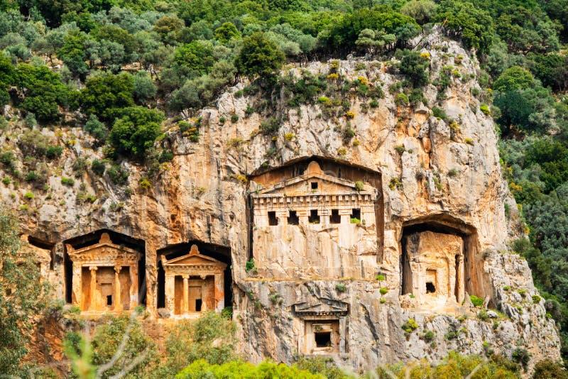 Os túmulos de Lycian dos reis cinzelaram nos penhascos do rio Dalyan em Turquia foto de stock