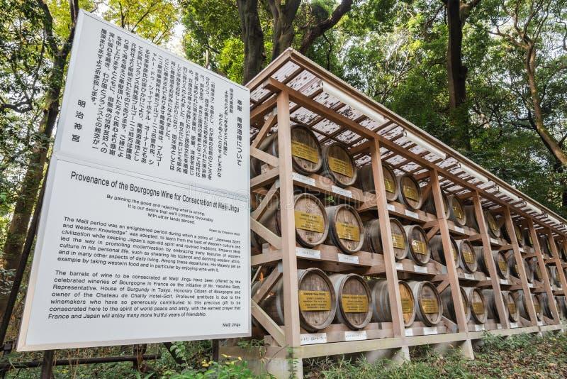 Os tambores japoneses do vinho envolvidos na palha empilhada na prateleira com descrição embarcam foto de stock
