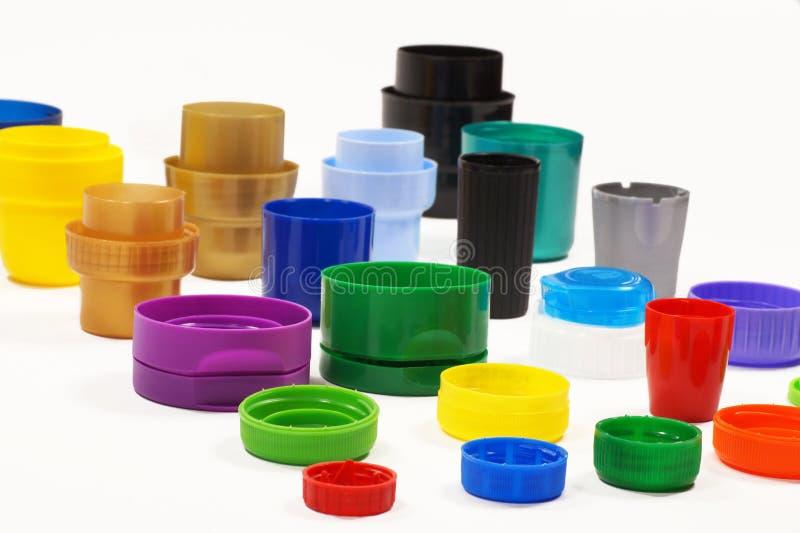 Os tampões dados forma e coloridos diferentes das garrafas, recipientes, desnatam e colam recycling imagens de stock royalty free
