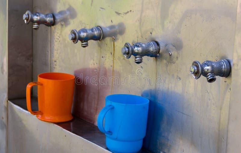Os tanques da água fria do torneira preconizaram sobre beber limpo e seguro fotos de stock