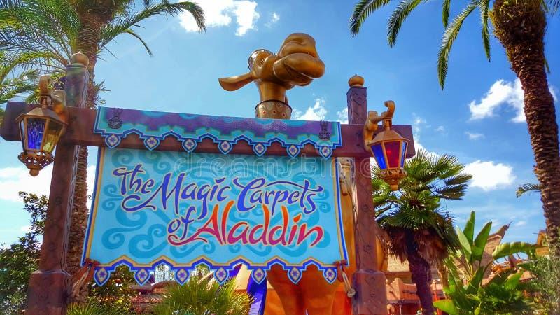 Os tapetes mágicos de Aladdin Sign no reino mágico fotografia de stock