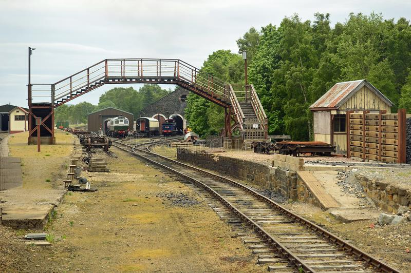 Os tapumes e o motor derramaram na estrada de ferro Escócia de Strathspey foto de stock