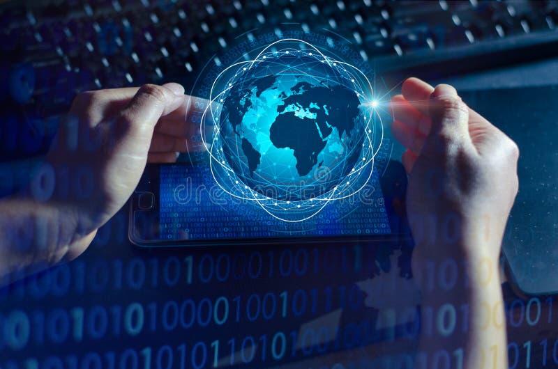Os telefones espertos e os executivos raros do Internet do mundo de uma comunicação das conexões do globo pressionam o telefone p fotos de stock royalty free