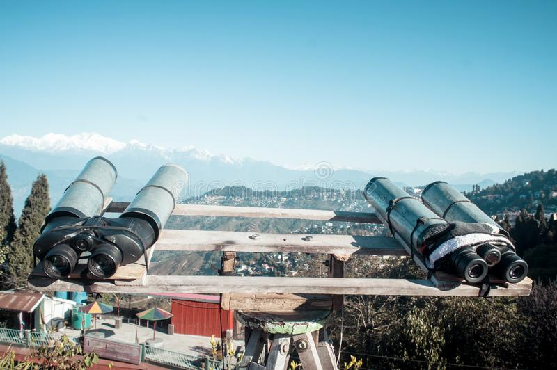 Os telescópios, binóculos, vidros de campo montaram para que o visor amplie a visão binocular para ver Kanchenjunga, Everest, Ann imagem de stock