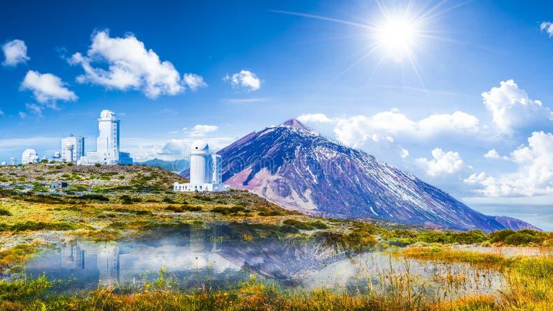 Os telescópios do obervatório astronômico de Izana em Teide estacionam, Tenerife, Ilhas Canárias, Espanha fotografia de stock