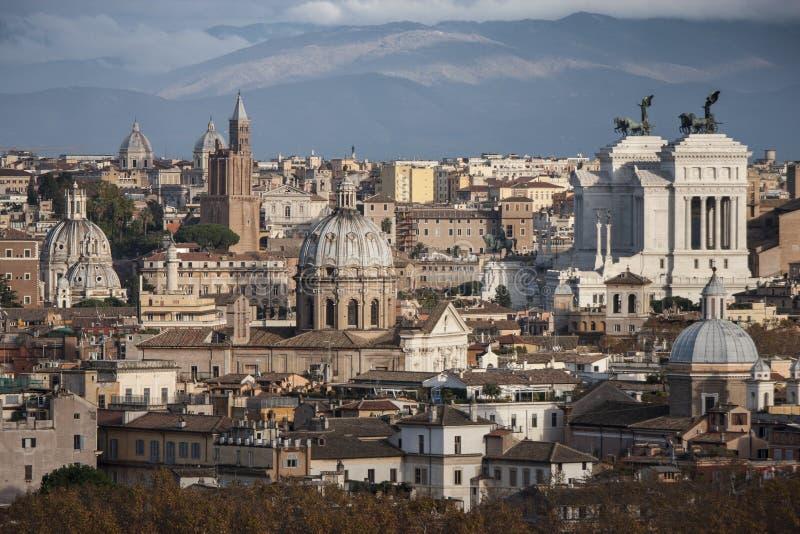 Os telhados de Roma, Itália Montanhas de Lazio imagens de stock