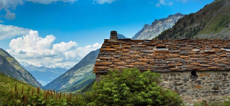Os telhados de velho alpien a arquitetura com telha de pedra fotografia de stock