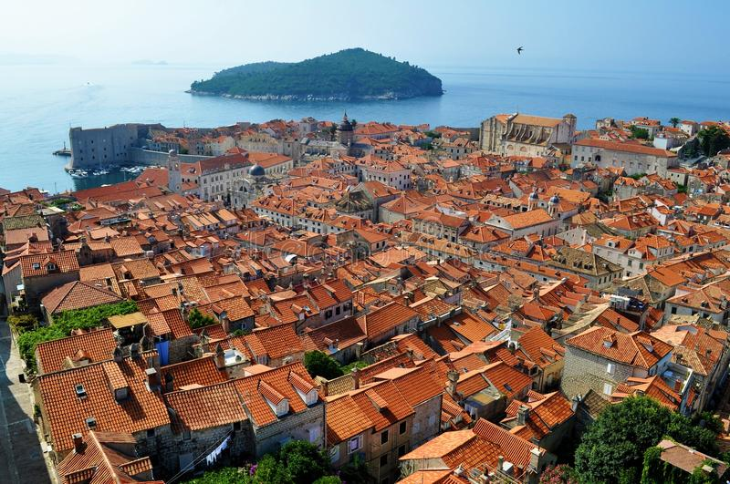 Os telhados e a ilha fotografia de stock royalty free
