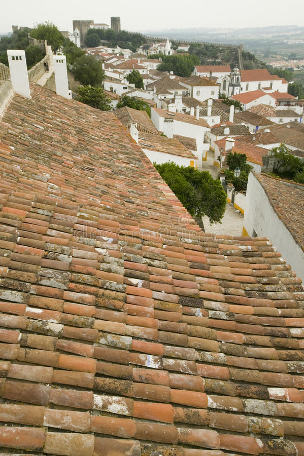 Os telhados vermelhos da telha na vila de Obidos fundaram pelos Celts em 300 BC, Portugal foto de stock