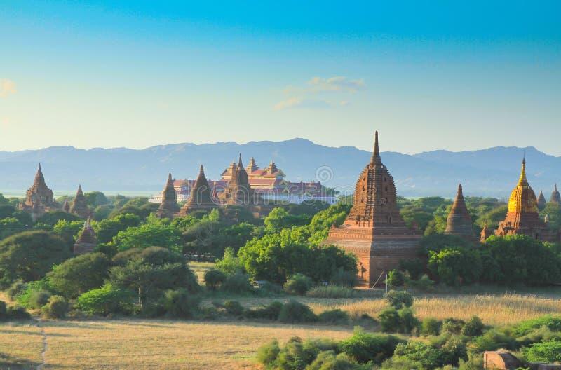 Os templos de bagan no nascer do sol imagem de stock royalty free