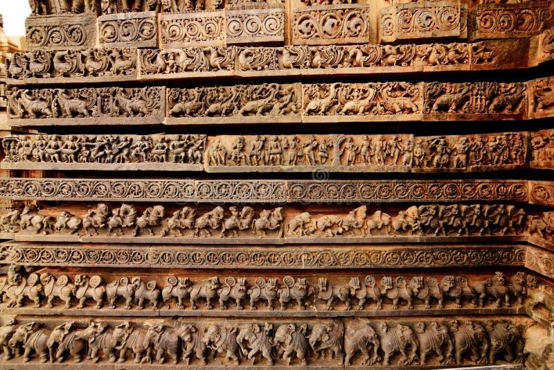 Os templos de Hoysaleshwara e de Kedareshwara são alguns dos exemplos os mais finos da arquitetura de Hoysala Aqui a esteatite fo foto de stock royalty free