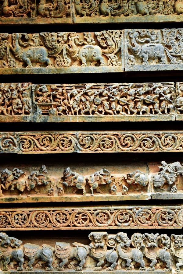 Os templos de Hoysaleshwara e de Kedareshwara são alguns dos exemplos os mais finos da arquitetura de Hoysala Aqui a esteatite fo fotografia de stock royalty free