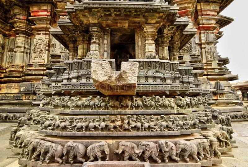 Os templos de Hoysaleshwara e de Kedareshwara são alguns dos exemplos os mais finos da arquitetura de Hoysala Aqui a esteatite fo foto de stock