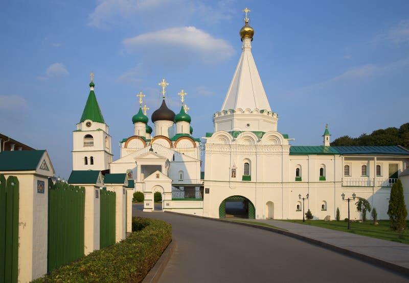 Os templos do monastério da ascensão de Pechersky um a noite do verão Nizhny Novgorod imagens de stock