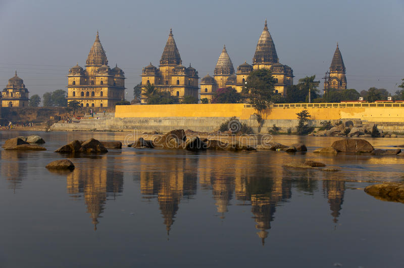 Os templos velhos aproximam o rio fotografia de stock royalty free