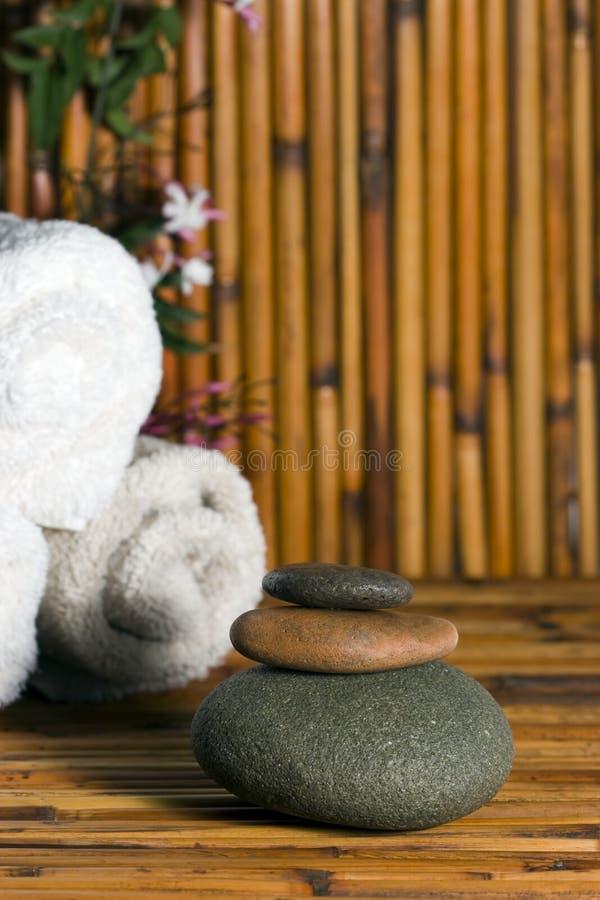 Os termas balanç o bambu foto de stock royalty free