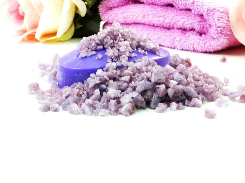Os termas de sal do mar e a alfazema do sabão scent no fundo branco foto de stock