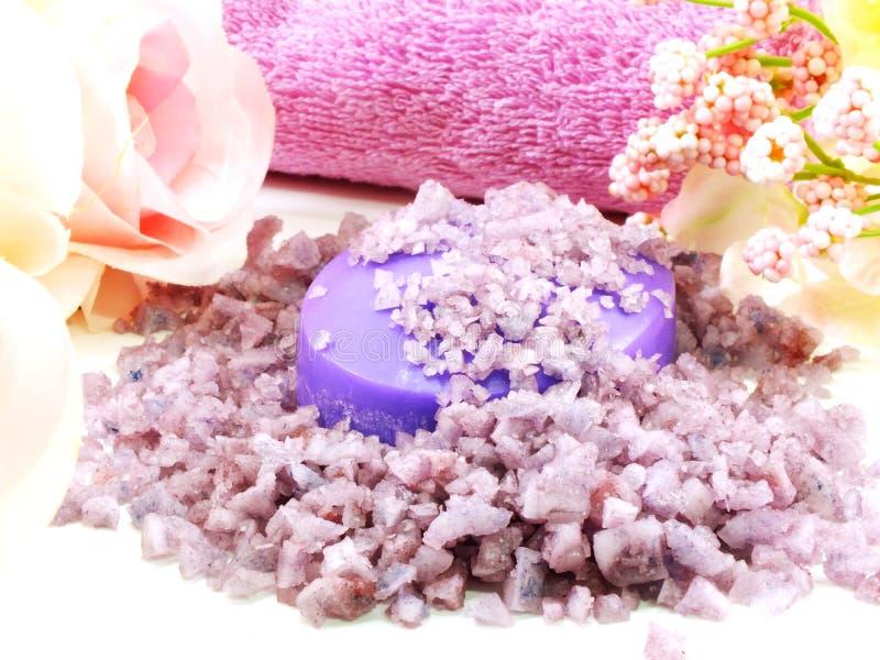 Os termas de sal do mar e a alfazema do sabão scent no fundo branco fotografia de stock royalty free