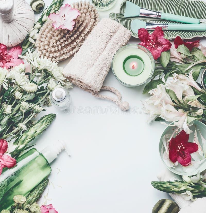 Os termas, plano do bem-estar colocam o ajuste com escova e esponja para o tratamento da celulite, flores, produtos do cosmético  fotos de stock royalty free