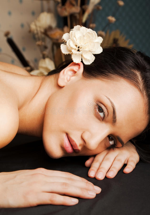 Os termas relaxam a face fêmea fotos de stock