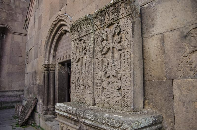 Os testes padrões cinzelados surpreendentes nos khachkars medievais, criados pelo escultor do século XIII Pavgos no monastério de fotografia de stock