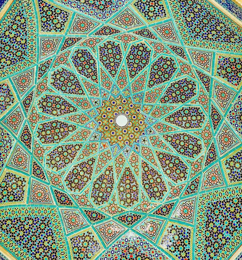 Os testes padrões de mosaico ricos de Hafez Mausoleum, Shiraz, Irã fotos de stock
