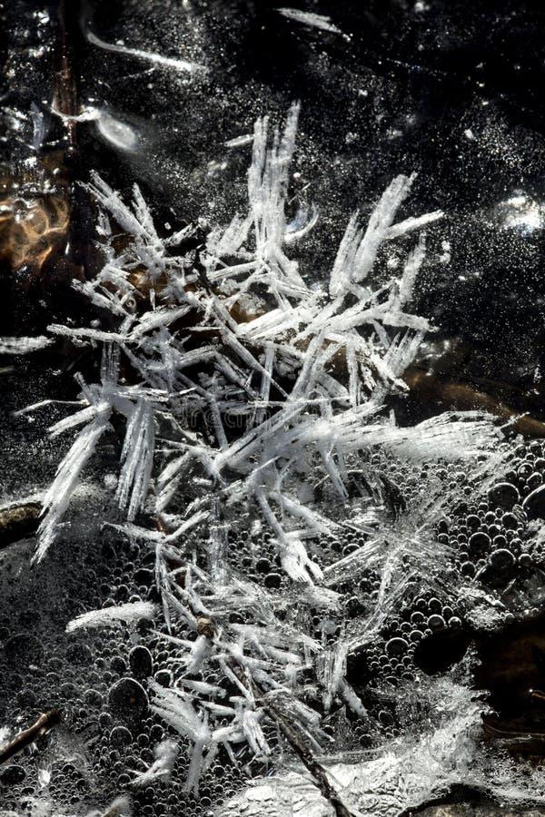 Os testes padrões do gelo ao longo do ribeiro da estrada de ferro em quedas do vale estacionam, Connecticut imagem de stock royalty free