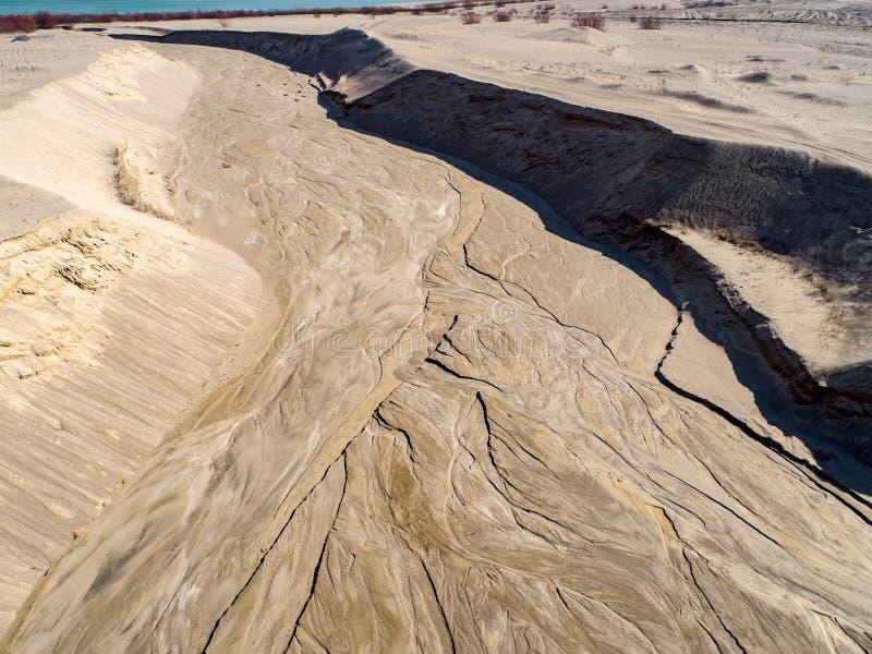 Os testes padrões fizeram pela água perto de uma mina velha no Polônia - vista aérea foto de stock