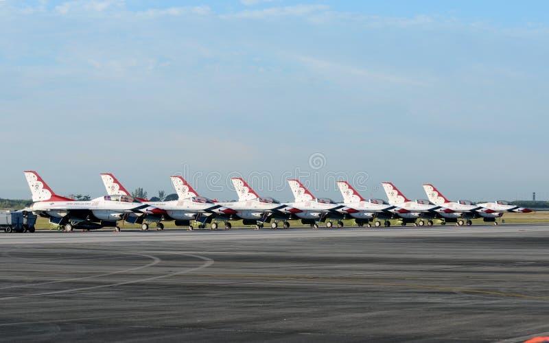 Os Thunderbirds da força aérea de E.U. chegam em Miami fotos de stock royalty free