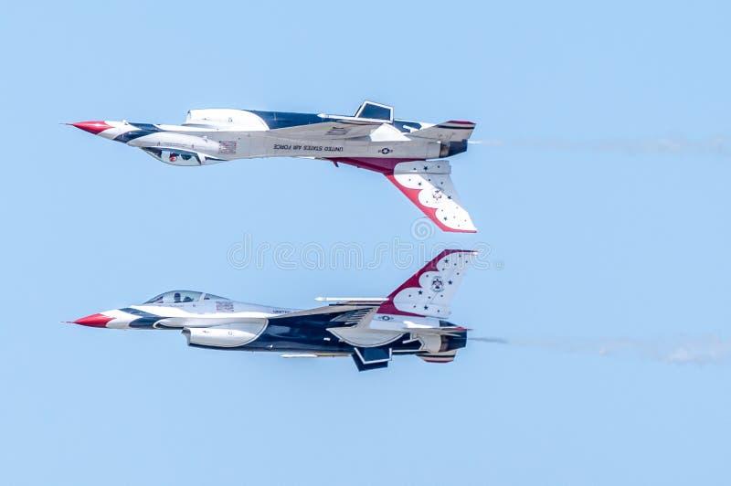 Os Thunderbirds executam a manobra da habilidade alta imagem de stock royalty free