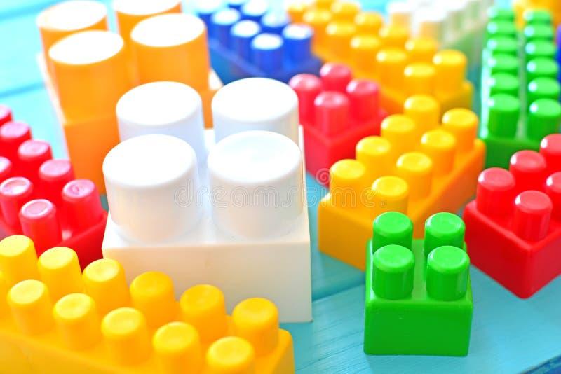 Os tijolos plásticos do brinquedo fecham-se acima Conceito do delelopment da criança imagem de stock royalty free