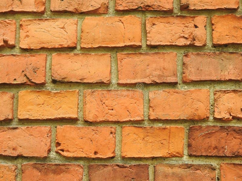 Os tijolos vermelhos velhos dirigem a parede, Lituânia imagem de stock royalty free