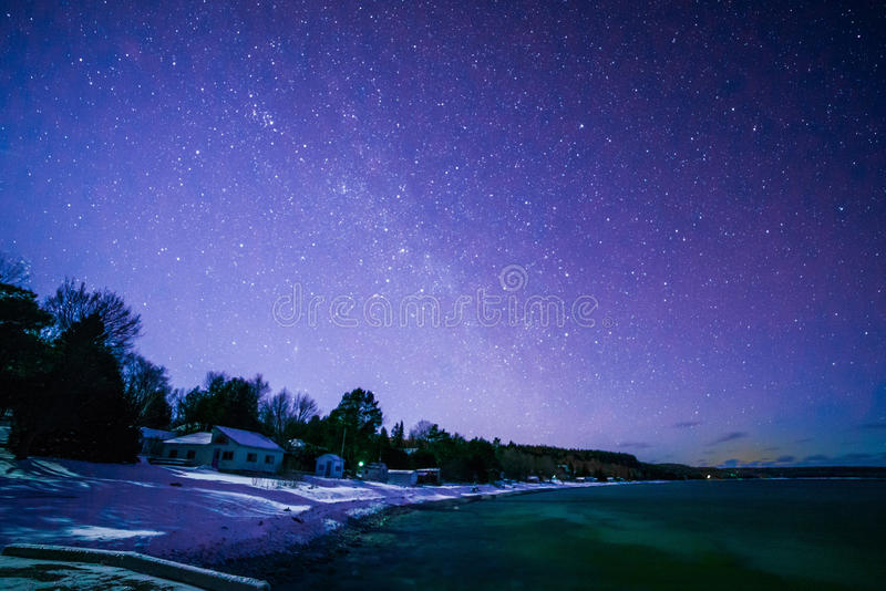 Os tintureiros latem, Bruce Peninsula na noite com Via Látea e estrela imagem de stock