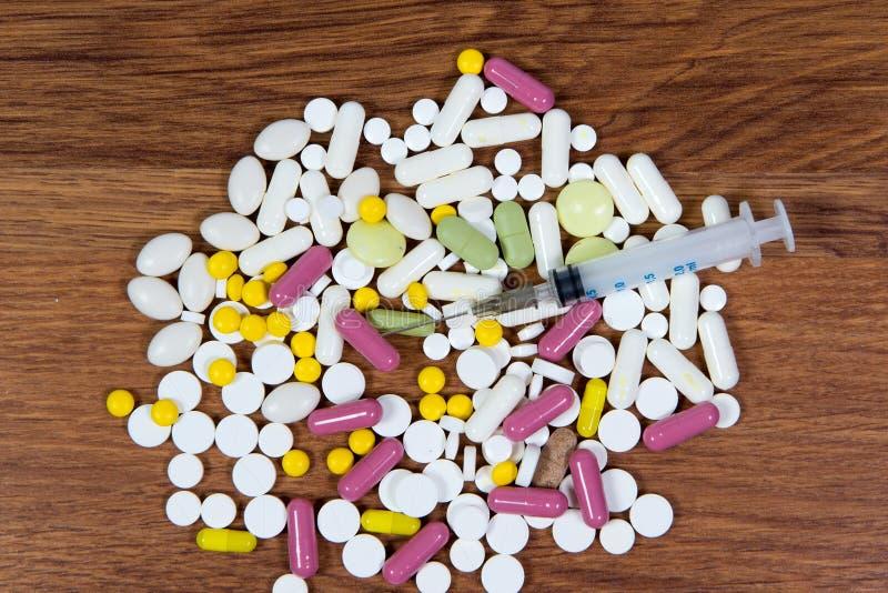 Os tipos diferentes de drogas são dispersados na tabela Tratamento das doenças com métodos modernos Homeopaticamente e produtos q imagem de stock royalty free