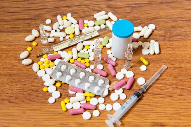 Os tipos diferentes de drogas são dispersados na tabela Tratamento das doenças com métodos modernos Homeopaticamente e produtos q foto de stock royalty free