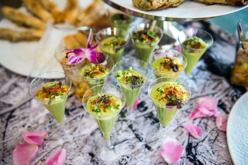 Os tiros verdes do cocktail do abacate serviram na tabela de bufete da restauração imagem de stock royalty free