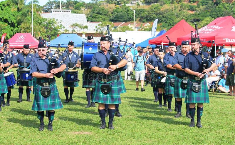 Os tocadores de gaita de foles no Scottish tradicional serem kilts com backpipe fotos de stock