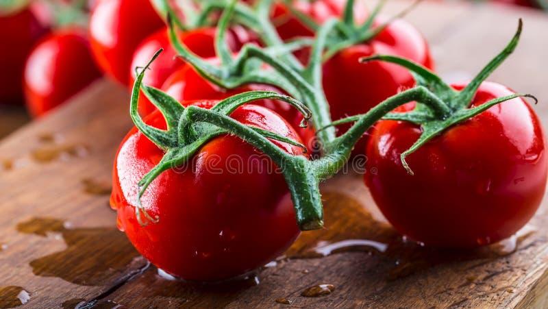 Os tomates de cereja frescos lavaram a agua potável Corte tomates frescos fotografia de stock
