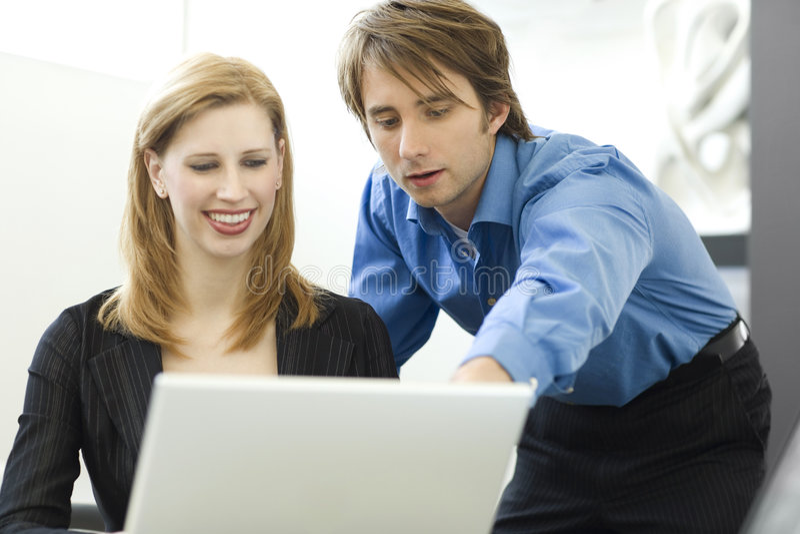 Os trabalhadores compartilham de um computador