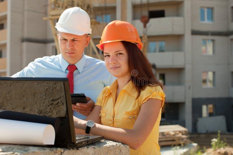 Os trabalhadores de colar branco trabalham no local de edifício fotografia de stock royalty free