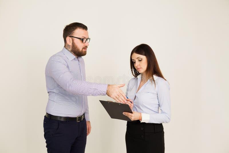 Os trabalhadores de escritório, um homem e a mulher dirigem imagem de stock royalty free