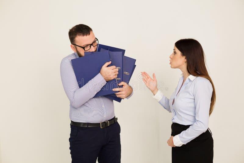 Os trabalhadores de escritório, um homem e a mulher dirigem imagens de stock
